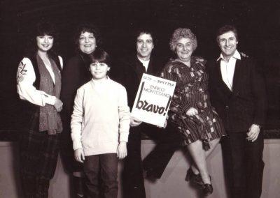 Bravo! (1981). La compagnia. Da sinistra: Laura D'Angelo, Luisa Bixio, Massimiliano Franciosa, Enrico Montesano, Ivana Rumor, Gabriele Villa.
